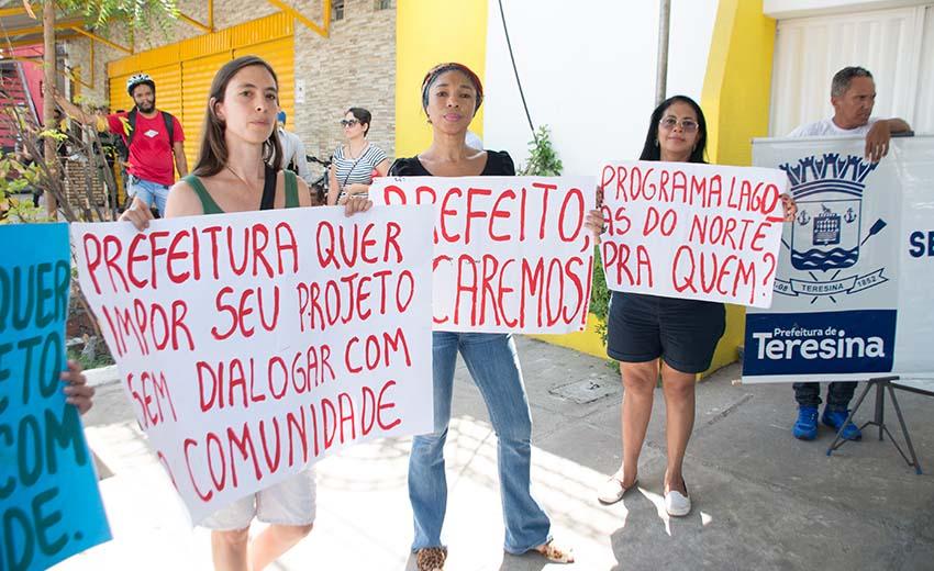 Manifestantes não querem sair do bairro (Foto: Moura Alves/ O Dia)