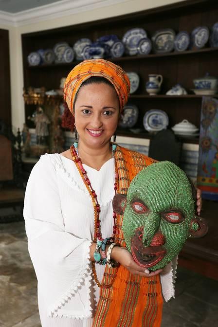 Mãe Ignez D' Yansã mostra máscara produzida por mulheres para cultos afros Foto: Cléber Júnior / Extra