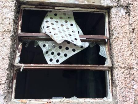 Janelas quebradas na Casa de Oxossi Foto: Divulgação