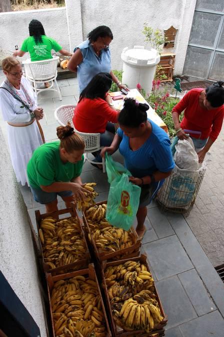 A distribuição de frutas Foto: Rafael Moraes / Extra