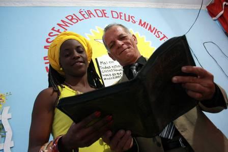 A evangélica Carla Gomes com o pastor Enildo de Queiroz Foto: Rafael Moraes / Extra