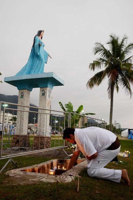A festa acontece em volta da estátua da Rainha do Mar. (Foto: Divulgação/PMC)