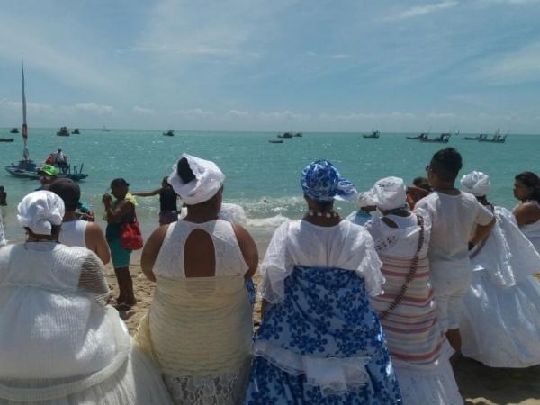 Grupos de matriz africana rendem homenagens a Iemanjá na orla de Pajuçara