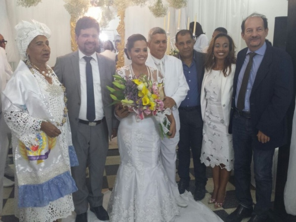 Casamento foi celebrado pelo juiz Carlos Cavalcante e pela sacerdotista Mãe Míriam FOTO: REBECCA BASTOS
