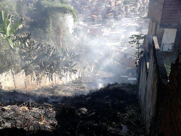 O incêndio ficou restrito ao quintal, não atingiu a casa Foto(Saulo Miguez/CORREIO)