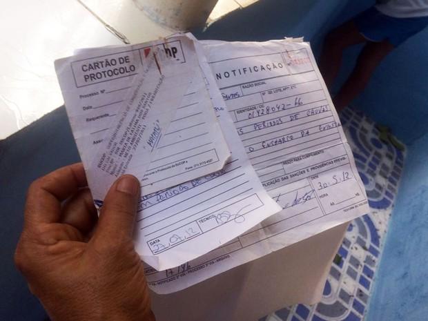 Vizinha mostra protocolo de pedido de poda árvore (Foto: Juliana Almirante/Site)