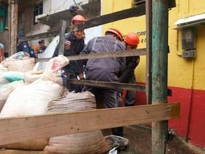 Idosa morta após queda de árvore é resgatada pelos Bombeiros (Foto: Juliana Almirante / Site)