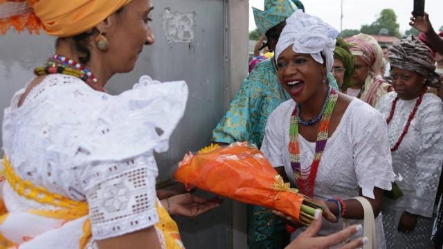 Na chegada ao terreiro, a princesa nigeriana Arewa recebeu um buquê de flores de Mãe Lina de Oxumarê Foto: Cléber Júnior / Extra