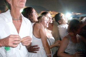 Wearing white clothes is the most followed tradition that defines Rio's New Year's Eve celebrations, photo internet recreation.