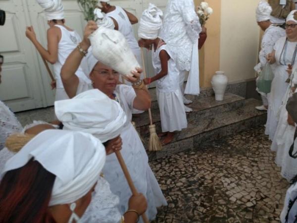 Mulheres lavam escadaria da Igreja Nosso Senhor do Bonfim FOTO: JOBISON BARROS