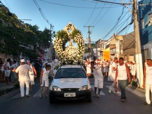 Cortejo percorre ruas do Jacintinho e Poço com imagem do Bonfim FOTO: JOBISON BARROS