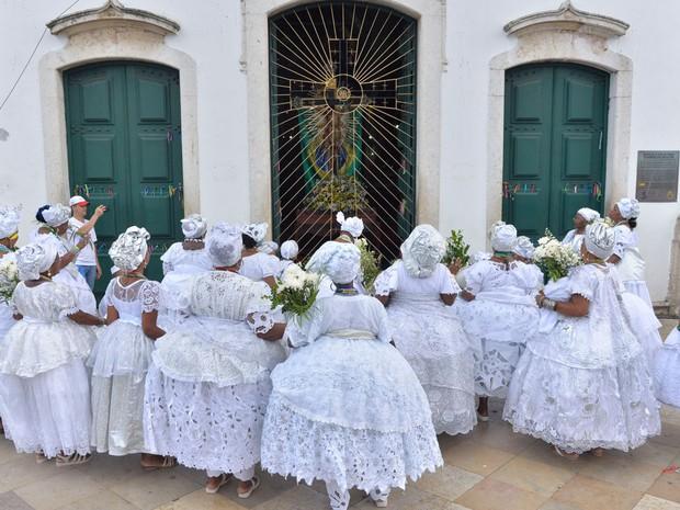 Baianas fazem oração em frente à Igreja do Senhor do Bonfim (Foto: Josemar Pereira/Ag Haack)