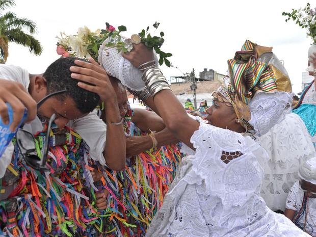 O banho de água de cheiro é tradição entre os devotos (Foto: Josemar Pereira/Ag Haack)