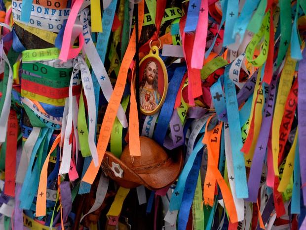 Grade que circunda a Igreja do Senhor do Bonfim recebeu novas fitinhas, além de chaveiros (Foto: Josemar Pereira/Ag Haack)