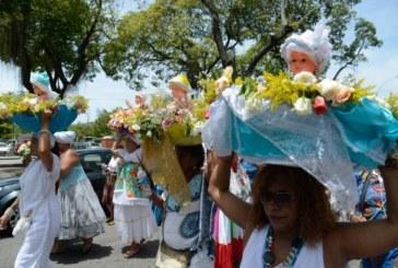 Devotos fazem festa na entrega de presentes a Iemanjá, no Rio