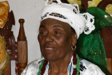 Mãe Aíce de Oxossi é enterrada com homenagens no Campo Santo
