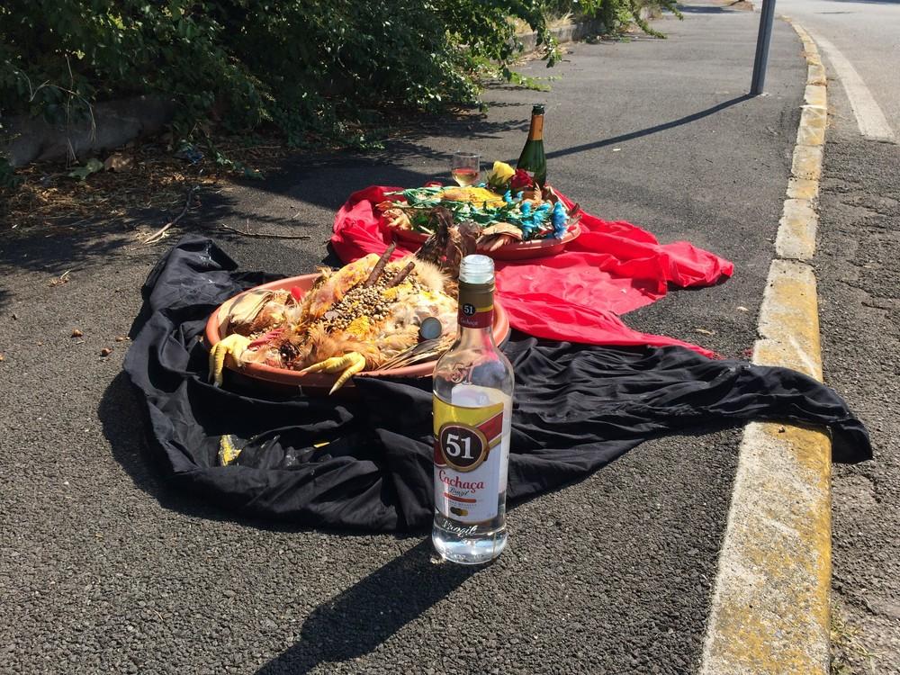 Oferendas encontradas na rua viram caso de polícia na Itália