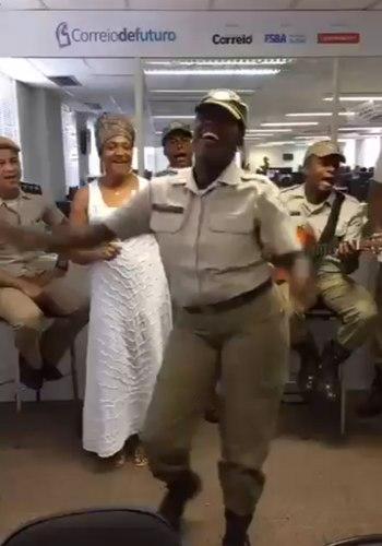 Após polêmica do censo religioso,fardados em dança e cântico afro viralizam