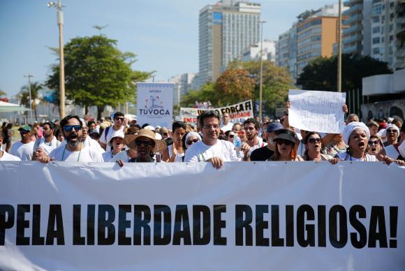 Manifestantes protestam contra a intolerância religiosa em ato no Rio de Janeiro