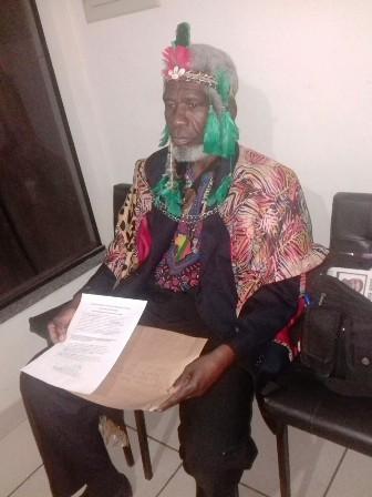 Ativista pela Igualdade Racial diz que foi vítima de intolerância por uso de manto africano e cocar indígena