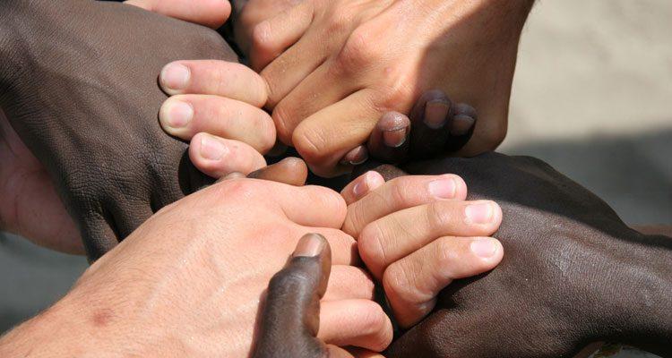 Vamos enfrentar o racismo e a intolerância religiosa de mãos dadas?