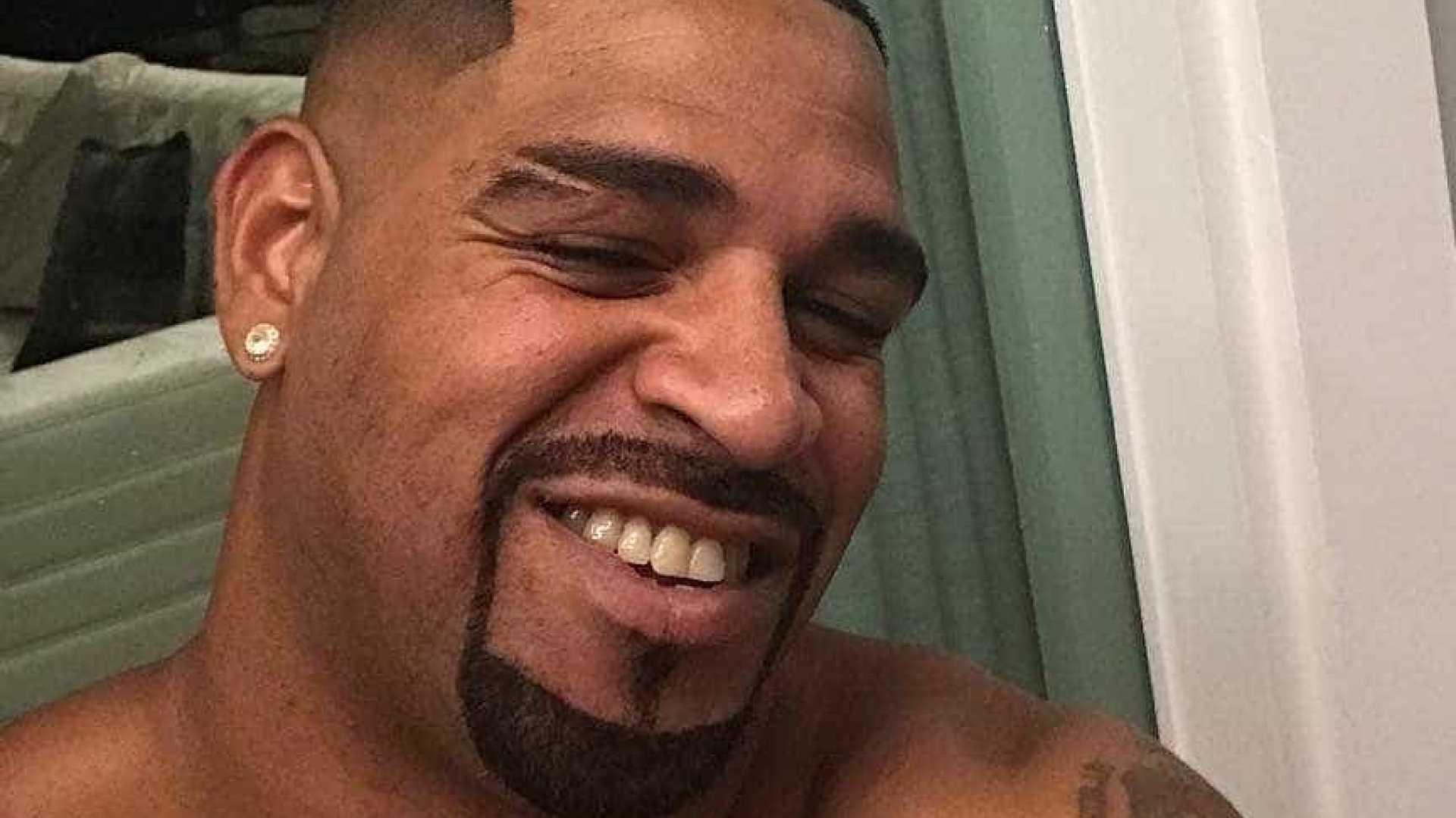 Adriano mostra novo visual e se diz vítima de macumba: 'É mulher'