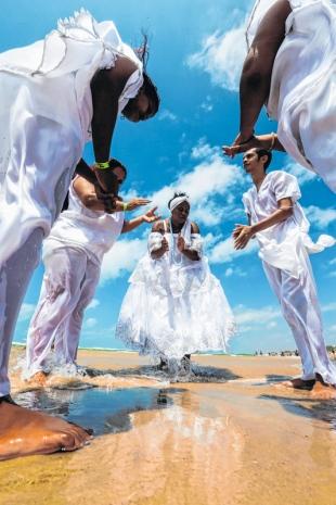 Iyemanjá reúne milhares em festa na Praia do Futuro