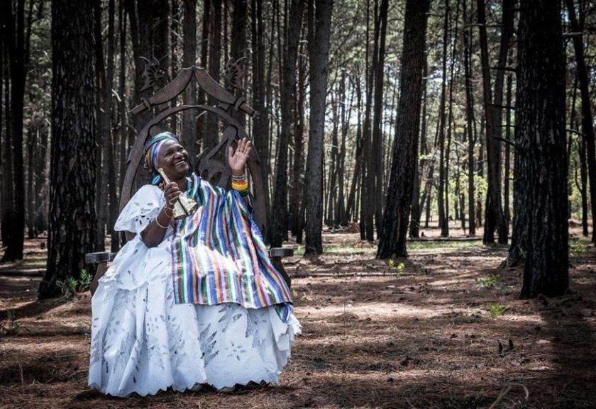 Líder do candomblé brasiliense, Mãe Baiana de Oyá lança autobiografia