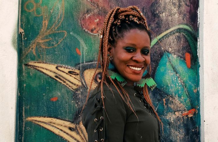 Cantora nigeriana radicada em Salvador, Okwei Odili lança disco em homenagem a Oxumaré